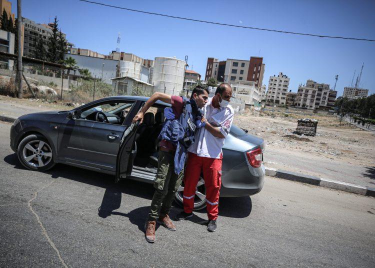 Jurnalis foto Anadolu Agency Mohammad Dahlan dilarikan ke rumah sakit karena terluka setelah rumahnya dihantam serangan Israel di Gaza City, 19 Mei 2021. (Ali Jadallah - Anadolu Agency)