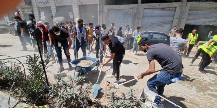 Warga Gaza membersihkan puing-puing bangunan yang hancur karena serangan zionis Israel. (Foto file - Anadolu Agency)